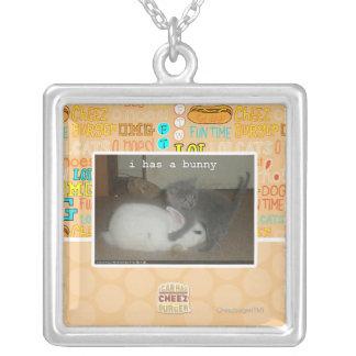 I a un lapin pendentif carré