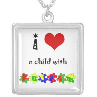 I coeur un enfant avec l'autisme pendentif carré