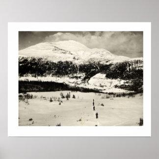 Iamge vintage de ski, traversant la vallée sur des poster