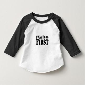 Ici d'abord empilé - T-shirt de douille du bébé