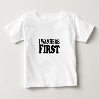 Ici d'abord empilé - T-shirt fin du Jersey de bébé