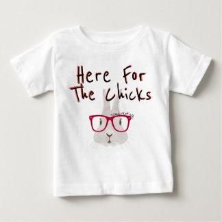 Ici pour les poussins ! Lapin de garçon de ressort T-shirt Pour Bébé