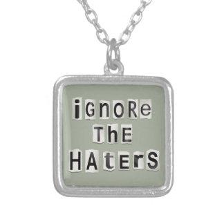Ignorez les haters. pendentif carré