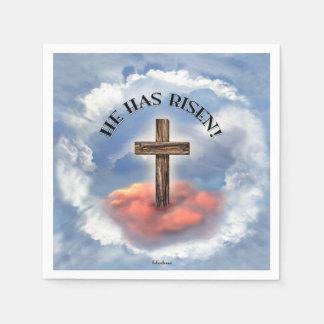 Il a la croix rocailleuse levée avec des nuages serviettes jetables