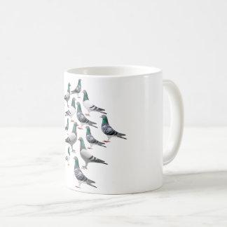 Il effiloche avec collage de pigeons voyageur mug
