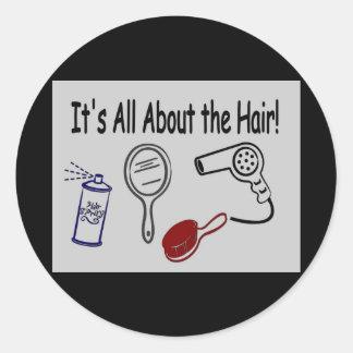 Il est tout au sujet des cheveux ! sticker rond