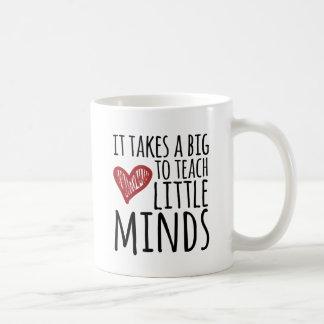 Il prend un grand coeur pour enseigner de petits mug