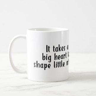 Il prend un grand coeur pour former la petite mug