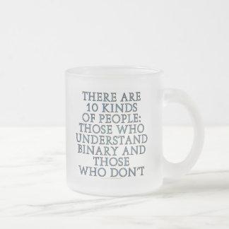 Il y a 10 genres de personnes… mug en verre givré