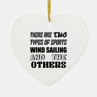 Il y a deux types de navigation de vent de sports ornement cœur en céramique