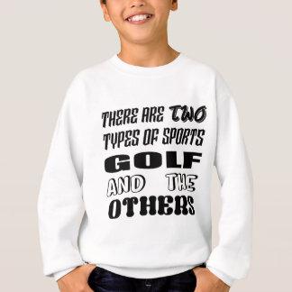 Il y a deux types de sports jouent au golf et sweatshirt