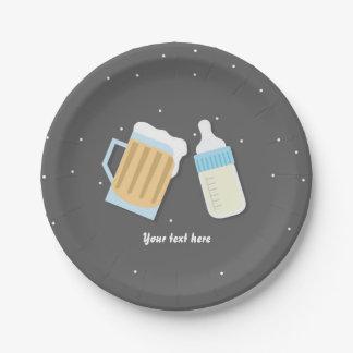 Il y a un baby shower de gris de tasses de bière assiettes en papier