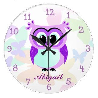 Illustration pourpre et lilas de hibou de mère et grande horloge ronde