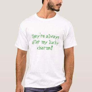 ils sont toujours après mes charmes chanceux t-shirt
