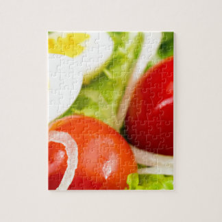 Image brouillée des tomates cerise dans une salade puzzle