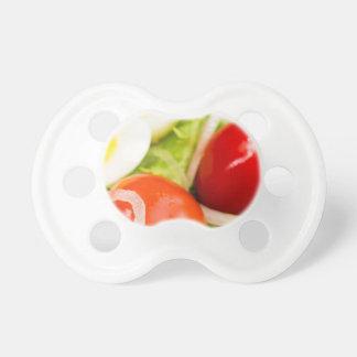 Image brouillée des tomates cerise dans une salade tétines