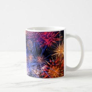 Image de feux d'artifice pour la tasse blanche