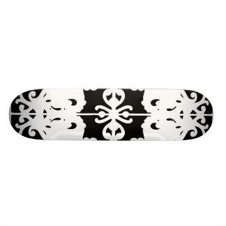 Image retournée noire et blanche planches à roulettes customisées