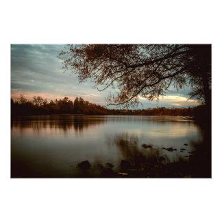 Impression Photo A soumis un coucher du soleil sur le fleuve