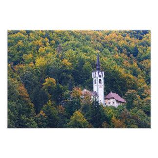 Impression Photo Église dans une forêt de chute en Slovénie