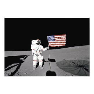 Impression Photo L'astronaute se tient prêt le drapeau des