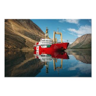 Impression Photo Le bateau du Canada C3 dans les montagnes de