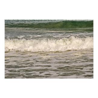 Impression Photo Monticule vert poussant les vagues de blanc