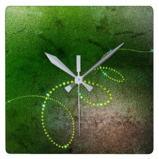 Infini sale de cristaux marron verts de verdure horloge carrée