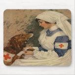 Infirmière avec le golden retriever 1917 tapis de souris