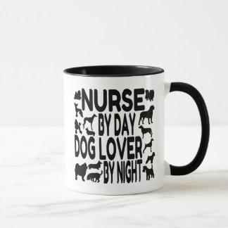 Infirmière d'amoureux des chiens tasses