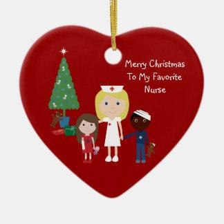 Infirmière de bande dessinée, enfants et arbre de ornement cœur en céramique
