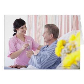 Infirmière donnant le médicament patient dans carte de vœux