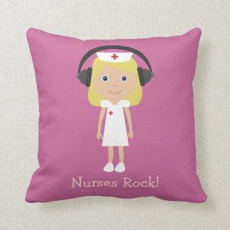 Infirmière et écouteurs mignons de bande dessinée oreiller