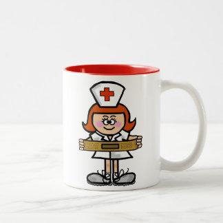 Infirmière féminine avec la tasse rouge de cheveux
