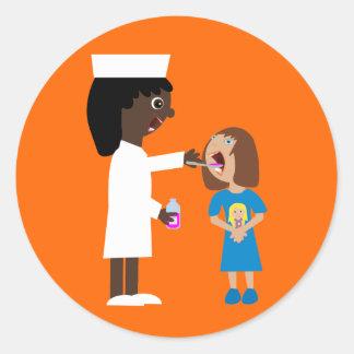 Infirmière mignonne de bande dessinée donnant des sticker rond