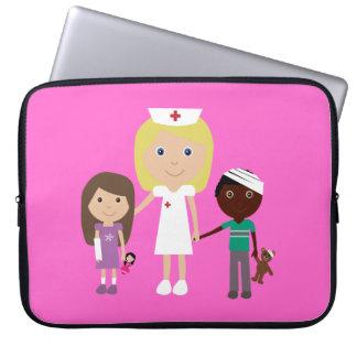 Infirmière mignonne de bande dessinée et rose pers trousses pour ordinateur portable