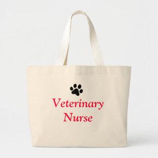 Infirmière vétérinaire avec l'empreinte de patte grand sac