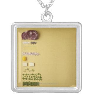 Ingrédients pour tartare de bifteck sur le jaune pendentif carré