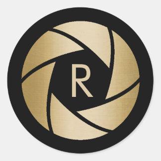 Initiale de monogramme d'objectif de caméra d'or sticker rond