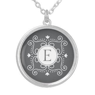 Initiale de monogramme personnalisée par ornement pendentifs