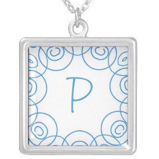 """Initiale de """"P"""" dans le rouleau bleu sur le blanc, Collier Personnalisé"""