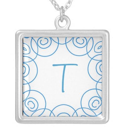 """Initiale de """"T"""" dans le rouleau bleu sur le blanc, Bijouterie Fantaisie"""