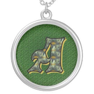 Initiale décorée d'un monogramme un collier de con