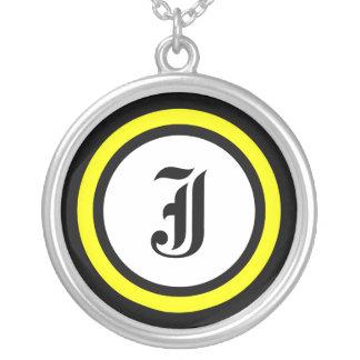 Initiale jaune de cercle colliers personnalisés