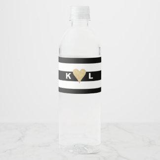 Initiales et coeur d'or sur épouser noir de étiquette pour bouteilles d'eau