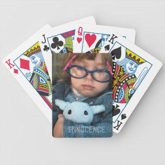 Innocence, fille mignonne avec des cartes de jeu jeux de cartes poker