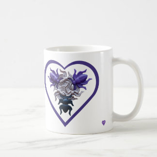 Insectes pourpres dans la tasse de coeur