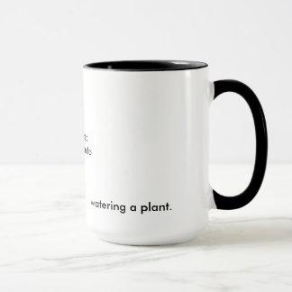 Intact, tacite à, arrosant un plante Bukowski Mug