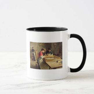 Intérieur d'un atelier de dorure de cadre mug