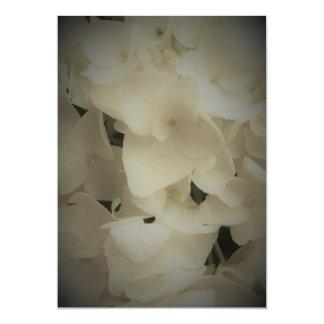 Invitation blanche encadrée d'hortensia de pétales
